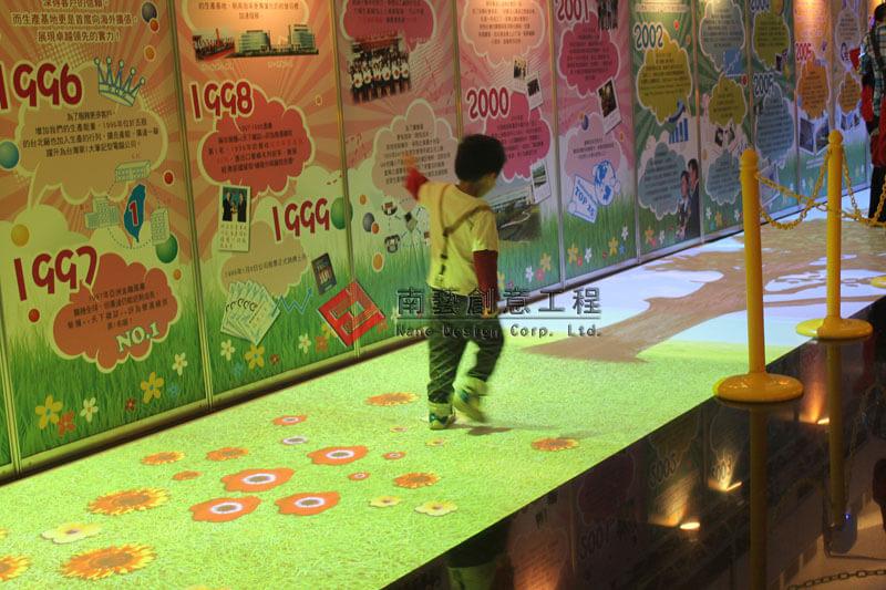廣達25週年慶-長廊式地板互動投影_廣達_週年慶_長廊式地板_互動投影